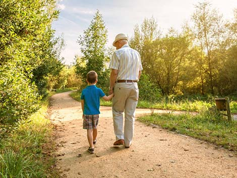 El 'Día de los Abuelos': la estrecha línea entre cargar con los nietos o curar la soledad