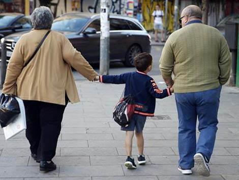 »Síndrome de los abuelos esclavos»: cómo la falta de conciliación familiar puede derivar en depresión