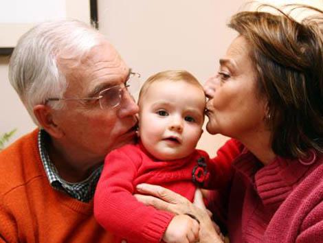 Abuelos que cuidan a sus nietos: ¿deberían cobrar por ello?