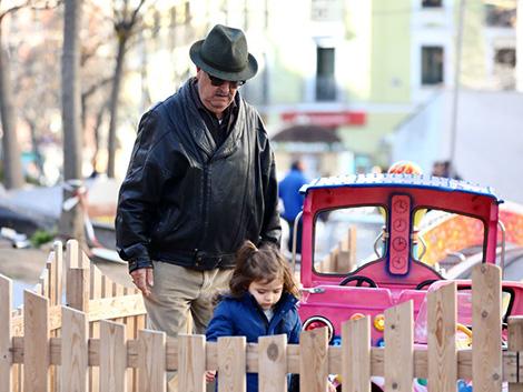 """¿Los abuelos """"canguro"""" deberían cobrar por el cuidado sus nietos?"""