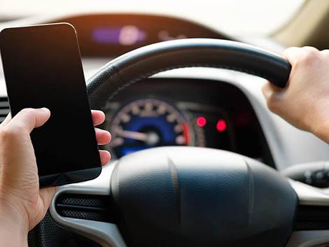 Los 'alcohólicos' del móvil al volante: dos millones de 'selfies' conduciendo, 7.900 accidentes, 390 muertos…