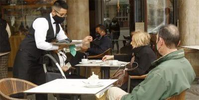España bate el récord de 9,1 millones de trabajadores con título superior en un mercado 'de camareros'