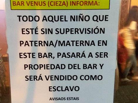 El polémico cartel del dueño de un bar de Murcia harto de que los padres no vigilen a sus hijos
