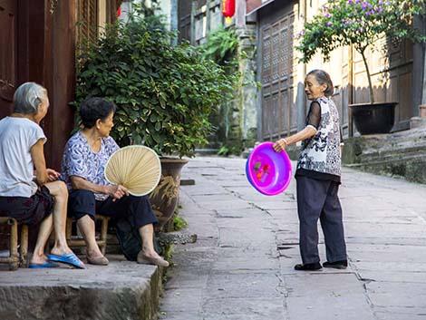 China ensaya fórmulas para mitigar la soledad de su envejecida población