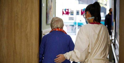 El lado más crudo de la pandemia: los jóvenes son el 20% de los contagios y los mayores, el 86% de las muertes