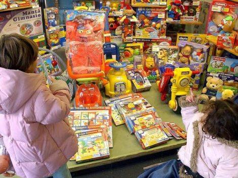 """Los psicólogos aconsejan a los padres """"no volverse locos"""" y repartir los juguetes durante el año"""