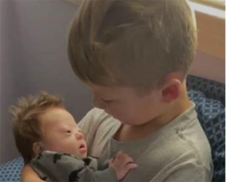 «El amor no cuenta cromosomas»: el canto de un niño a su hermano pequeño con síndrome de Down