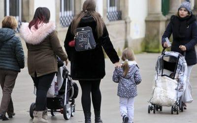 Aparcamientos para familias o voluntarios para cuidado de niños, los detalles más curiosos de la nueva ley de impulso demográfico
