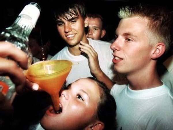 En España, se vende alcohol a los adolescentes sin problemas