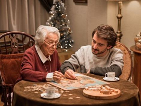 Turrones El Lobo da horas libres a sus empleados para que hagan compañía a ancianos en Navidad