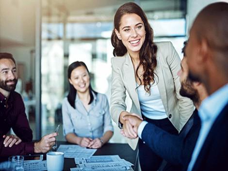 La brecha salarial entre hombres y mujeres, menor en las promociones internas