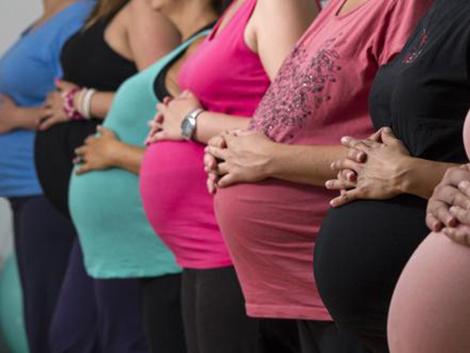 Las mujeres en España tienen su primer hijo cinco años más tarde de lo que querrían