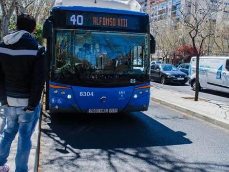 EMT retirará «con carácter inmediato» la campaña de publicidad de apuestas online de sus autobuses