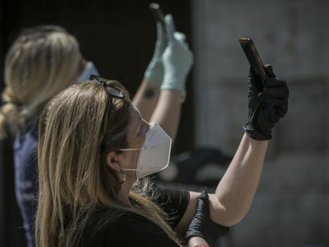 Mascarilla sí, guantes no: expertos en salud pública advierten que «es un error porque son una fuente de contaminación»