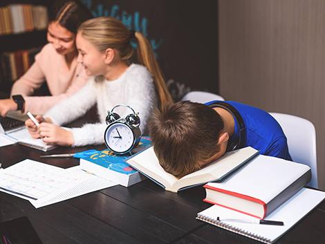 Los horarios de los institutos hacen que los adolescentes vivan en un 'jet lag' permanente