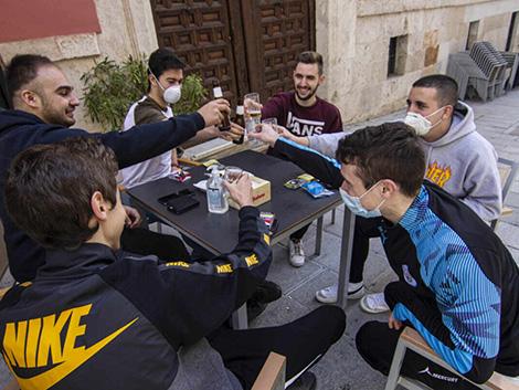 Los neumólogos advierten: fumar en las terrazas aumenta el contagio del Covid-19