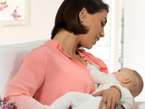 El permiso de maternidad debería prolongarse, al menos, durante seis meses, según los pediatras