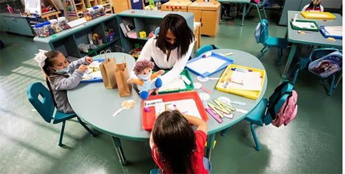 Sanidad replica a Ayuso que la ley obliga a usar mascarilla en el recreo del colegio