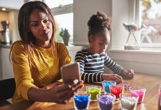 El 62% de madres limita en tiempo el uso de la tecnología a sus hijos sin tener en cuenta el contenido
