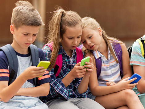 Francia vuelve al colegio sin móviles en las clases
