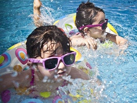 Que los niños lleven gafas de sol no es un capricho, es más importante que de adultos