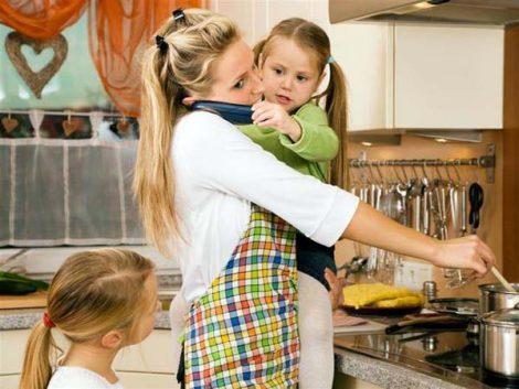 Las mujeres dedican al cuidado personal y a la familia 2,2 horas más a la semana que los hombres