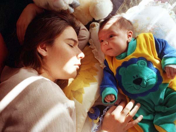 Save the Children pide en el Congreso bajas más largas por tener hijos