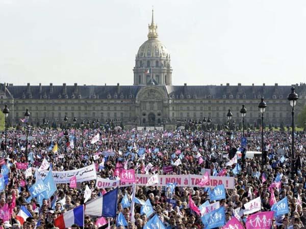 Francia: miles de personas exigen en la calle a Hollande que les dé trabajo, y no matrimonio gay