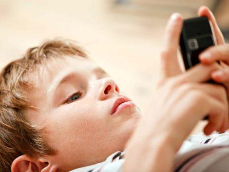 Los niños reciben su primer teléfono móvil a los siete años, según un estudio