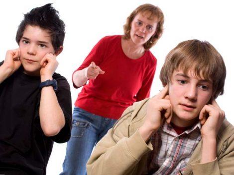 Según un estudio gritar a los adolescentes es tan perjudicial como pegarles