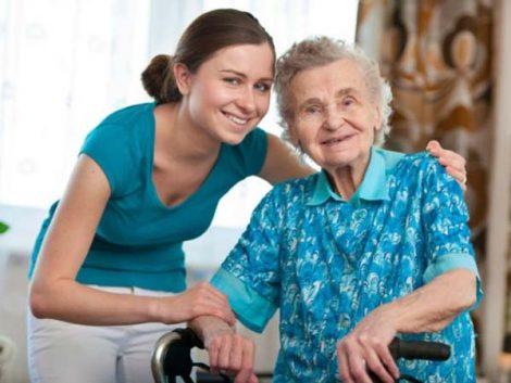El 63% de españolas entre 50 y 69 años ayudan a sus hijos, cuidan a sus nietos y atienden a sus familiares dependientes