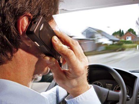 La mitad de los padres reconoce que sus hijos les corrigen al ir al volante