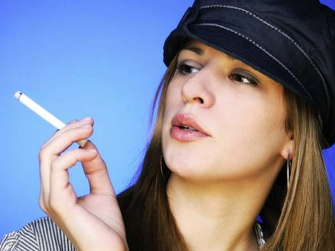 Las jóvenes de España, entre las que más beben y fuman de los países de la OCDE
