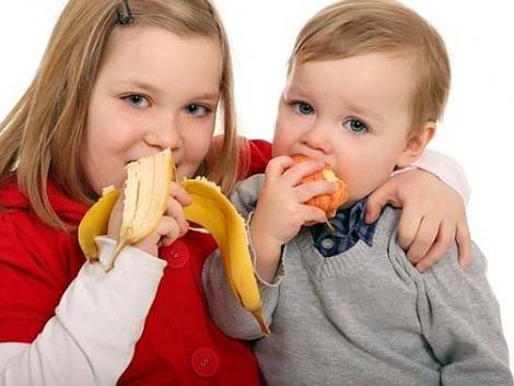 Padres o hermanos mayores, ¿quiénes son los culpables de la obesidad en niños?