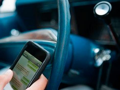 'Selfies', mensajes y videollamadas: los peligrosos hábitos con el teléfono al volante