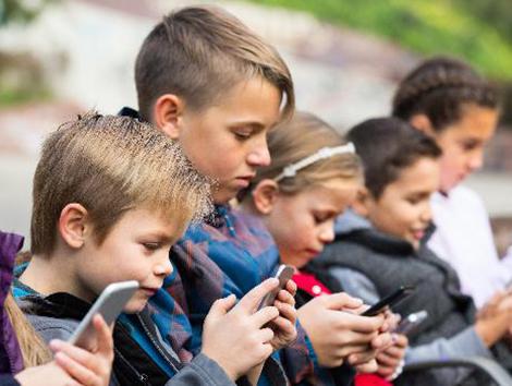 El cierre de los colegios aumentará en un 50% el tiempo de los menores frente a las pantallas