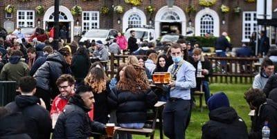 Nevando, pero en el 'pub': los ingleses no perdonan el primer día de la desescalada
