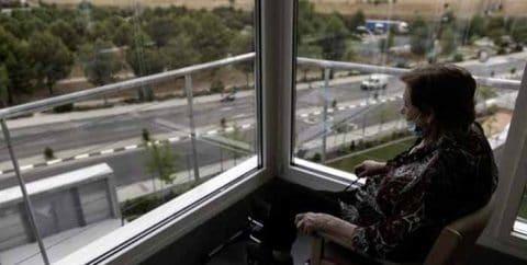 Plan contra la soledad no deseada de los mayores de Madrid: formar redes vecinales, visitas a domicilio y talleres