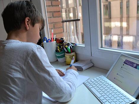 El telecolegio acentúa la brecha económica: «Tengo un ordenador para cuatro hijas»