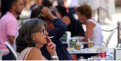 Sanidad debatirá el consumo en barra y la prohibición de fumar en las terrazas si no hay distancia