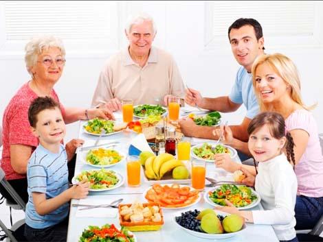 Comer en familia reduce el riesgo de padecer obesidad en los niños