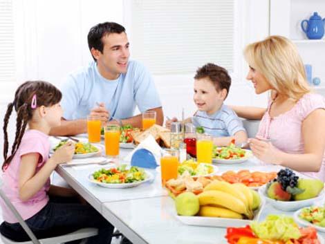 Las familias piden campañas que fomenten comer juntos