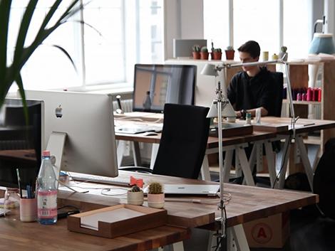 El peaje de un buen trabajo: los empleados fijos hacen más horas extras sin cobrar