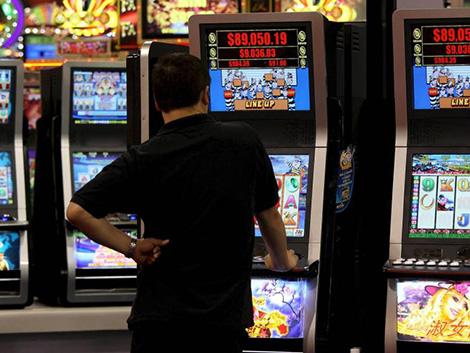 Los bares defienden sus tragaperras contra la ley de juego valenciana