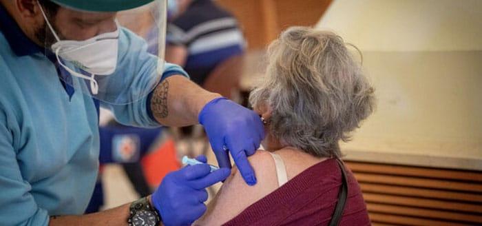 Sanidad propone a las comunidades vacunar con AstraZeneca solo a mayores de 60