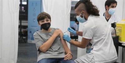 Vuelta al cole: ¿qué pasa cuando uno de los padres se niega a que su hijo se ponga la vacuna contra la covid-19?