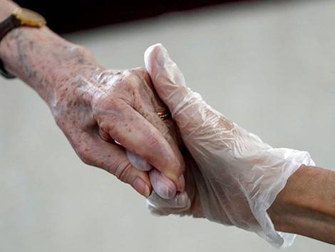 Ver «el valor social de la persona enferma»: los textos que 'condenaron' a los ancianos