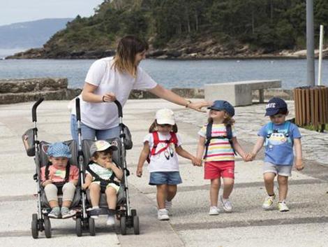 'Madres de día' gratuitas para los niños de pueblos vacíos de Galicia